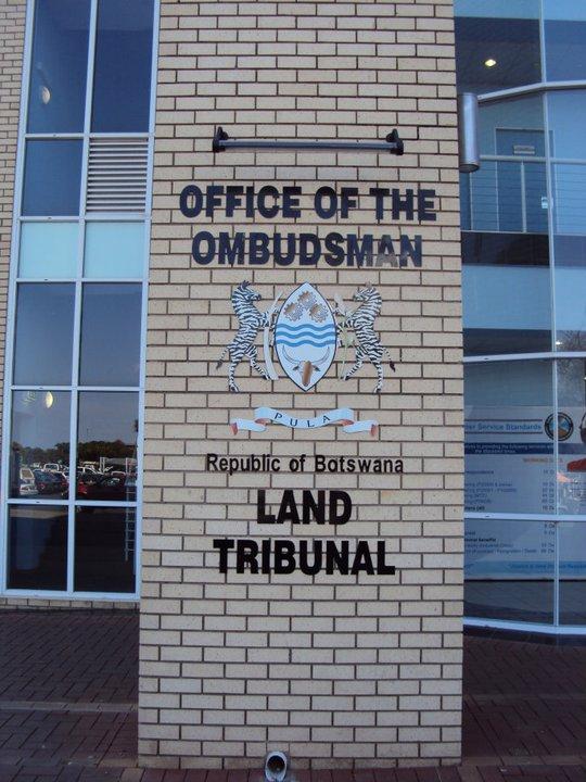 Y las oficinas públicas TAMBIÉN son azul claro con blanco y negro...