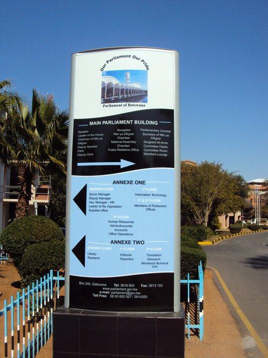 Y en cambio el letrero del Parlamento TAMBIÉN es azul claro con blanco y negro...