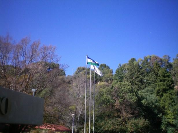 Bandera de Lesotho en el centro de Maseru donde se ve el Mokorotlo en la mitad
