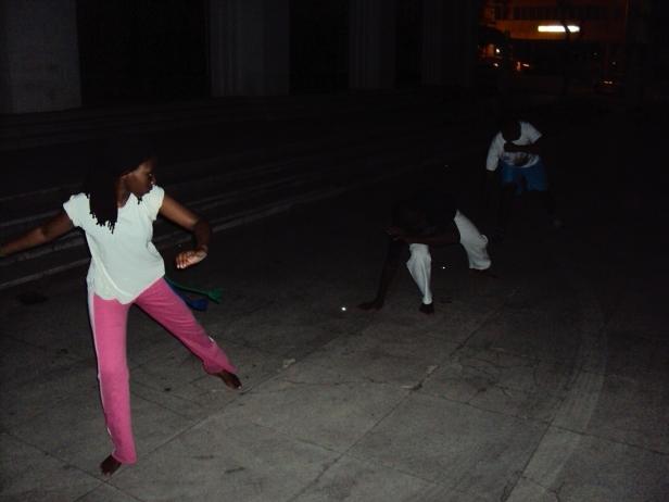 Práctica de capoeira frente a la Catedral de Maputo