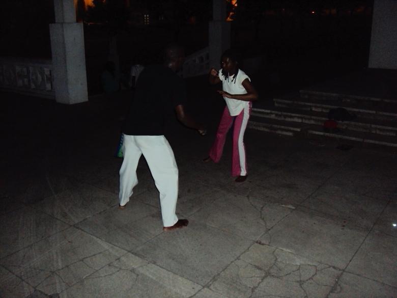 Un profesor de Capoeira entrena a sus dos estudiantes frente a la Catedral de Maputo