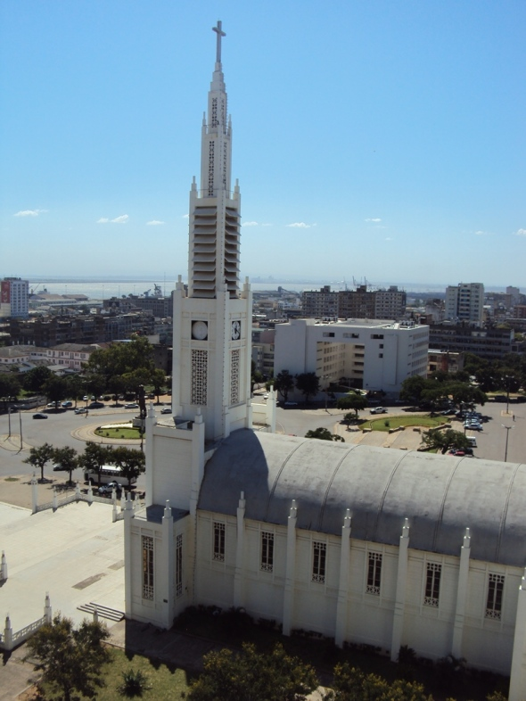 Catedral de Maputo desde mi habitación en el hotel. Al frente se observa la pequeña plaza frente a la catedral.