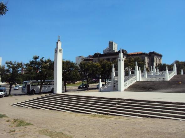 Pequeña plaza frente a la Catedral de Maputo