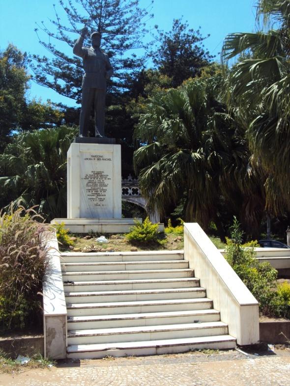 Y otra estatua de Samora Machel en la entrada al Jardín Botánico de Maputo