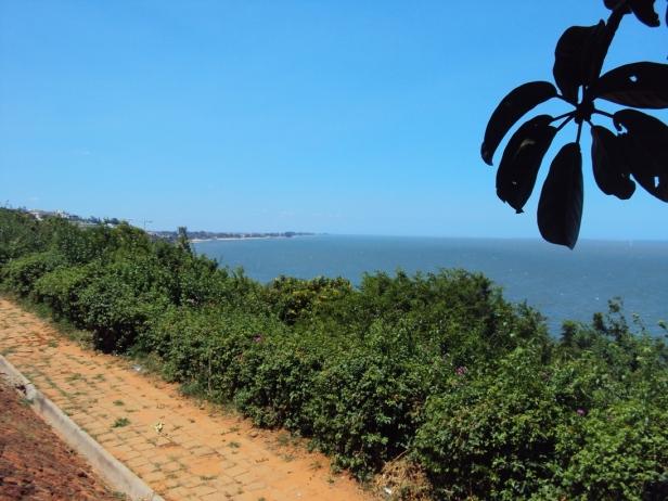 Unión entre el Río Maputo y el Océano Índico desde el Parque de los Enamorados