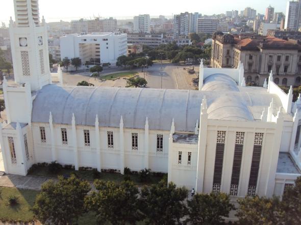 En la esquina superior izquierda se ve el edificio nuevo del Tribunal Administrativo de Maputo que contrasta con la arquitectura colonial de la Alcaldía a la derecha.