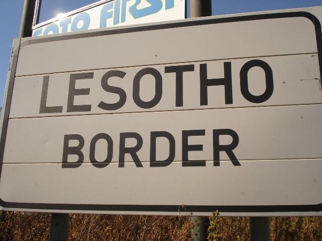 Señal que anuncia la frontera entre Sudáfrica y Lesotho
