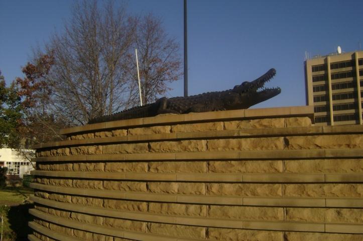 La diminuta estatua del cocodrilo, símbolo de la casa real Basotho
