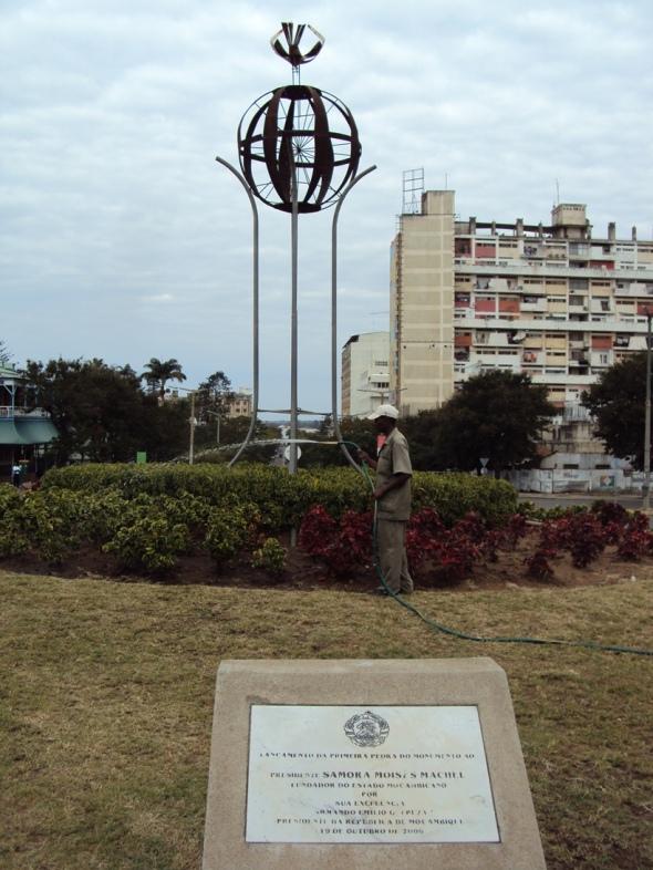 La Plaza de la Independencia de Maputo con construcciones de la época socialista al fondo