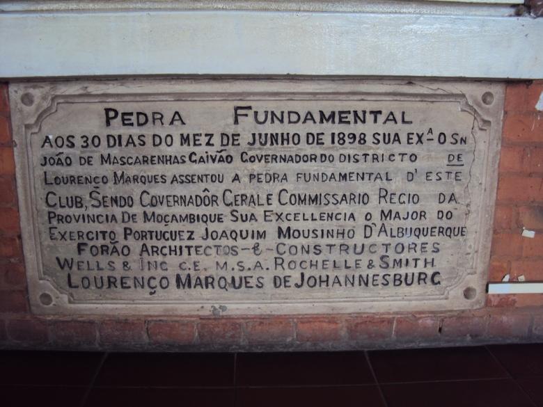 Placa que conmemora la primera piedra del Club Portugués de Maputo en 1898 - Hoy Centro Cultural Franco-Mozambiqueño