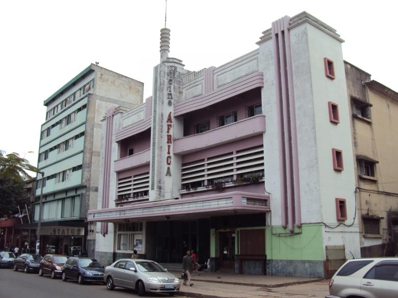 Cine África en Maputo... Y los que han ido a La Habana sabrán que este edificio bien podría estar ubicado allá, ¿no creen? La arquitectura es bastante similar.