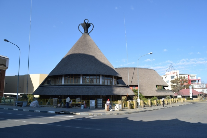 Mercado tradicional en el centro de Maseru con el techo en forma de Mokorotlo