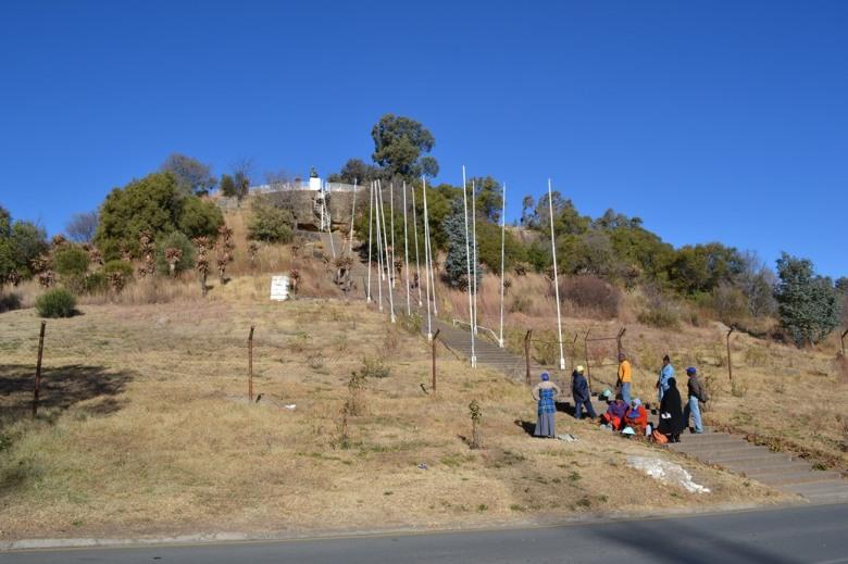 La diminuta estatua del Rey en Maseru