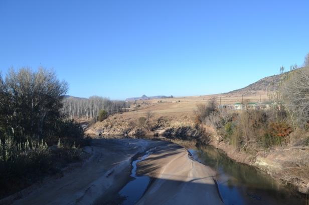 Río que separa a Sudáfrica (izquierda) de Lesotho (derecha)