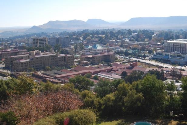 Panorámica de Maseru con las montañas Maloti al fondo