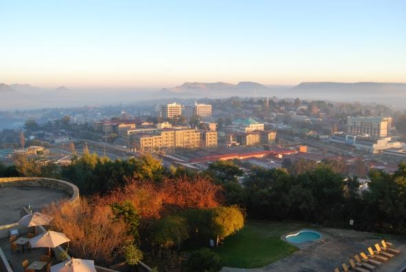 Neblina al amanecer en Maseru, Lesotho