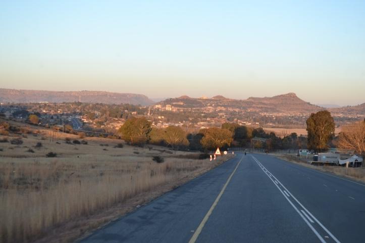 Montañas en la Provincia del Estado Libre en Sudáfrica antes de llegar a Lesotho