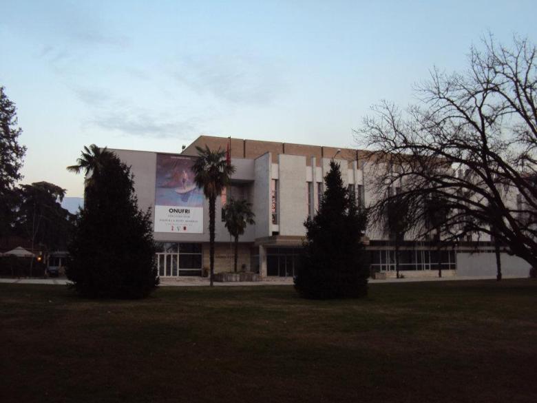 Galería de Bellas Artes en el Bulevar Dëshmorët e Kombi de Tirana
