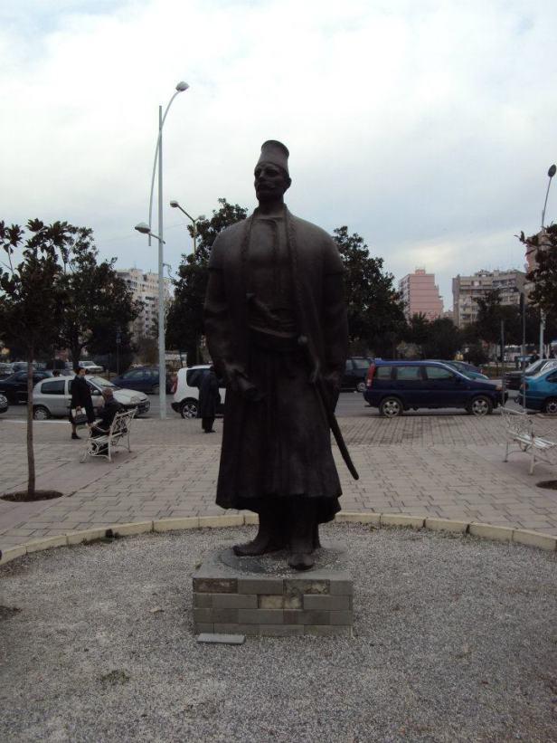 Estatua de Sulejman Pashë Mulleti, fundador de Tirana, en el centro de Tirana, Albania