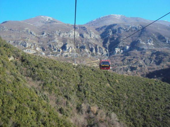 Teleférico al Parque Nacional de la Montaña Dajti. Sobre la carretera en la montaña se alcanza a ver uno de los búnkeres construidos por Enver Hoxha durante su gobierno.