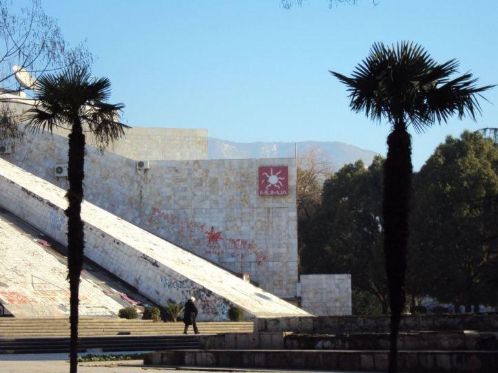 """Señal de la antigua discoteca """"La Momia"""" en """"La Pirámide"""": Antiguo museo de Enver Hoxha en el centro de Tirana"""