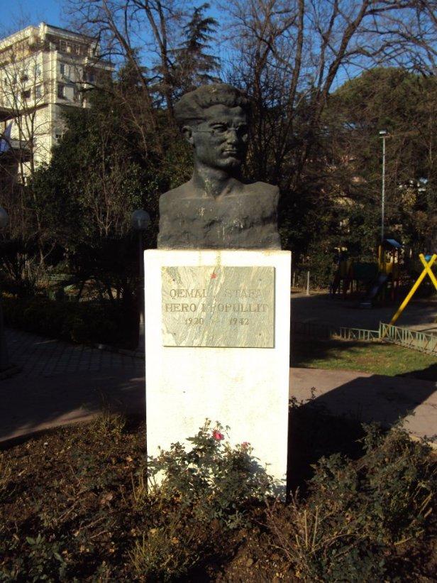Estatua de Ismail Qemali: Fundador del Estado Albanés moderno y primer jefe de Estado del País en 1912.