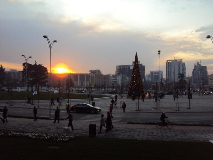Atardecer de invierno sobre la Plaza Skanderbeg en Tirana