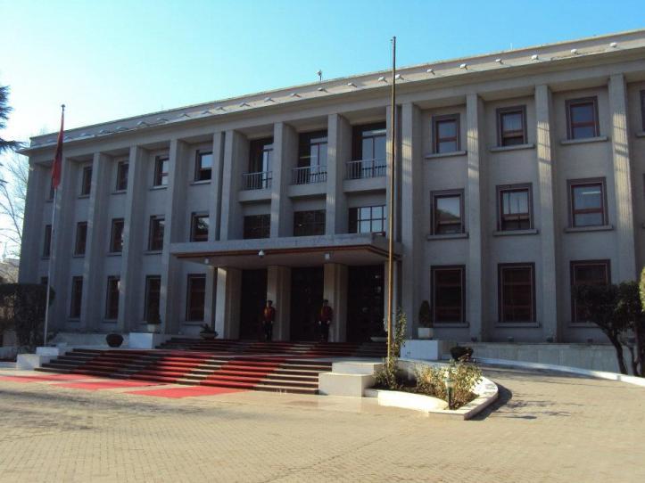 El edificio sirvió como sede de la Embajada Soviética hasta 1961 cuando Albania y la URSS rompieron relaciones diplomáticas. Luego sirvió como sede del Congreso de la República de Albania y actualmente es la residencia del Primer Ministro.