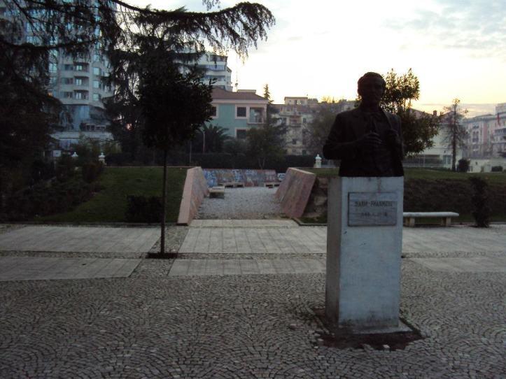 Estatuas de los Hermanos Frashëri, 3 personajes fundamentales en la creación del Movimiento para el Renacimiento Albanés que llevaría a la independencia del país entre 1870 y 1912.