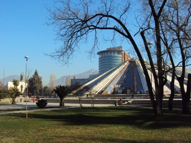"""""""La Pirámide"""": Antiguo museo de Enver Hoxha en el centro de Tirana"""