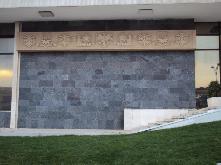 Águila bicéfala, el símbolo nacional, en la fachada del Museo Nacional de Historia de Albania en Tirana