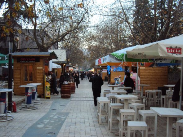 Mercado navideño en el Bulevar Dëshmorët e Kombi de Tirana