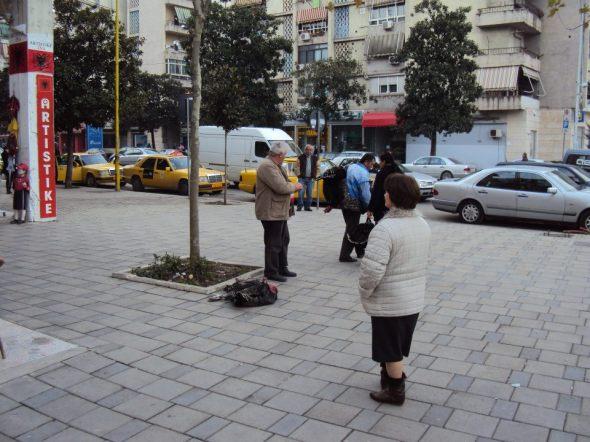 Venta callejera de pavos en el centro de Tirana