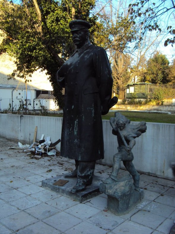 Antiguas estatuas comunistas apiladas en la parte trasera de la Galería de Bellas Artes en el Bulevar Dëshmorët e Kombi de Tirana