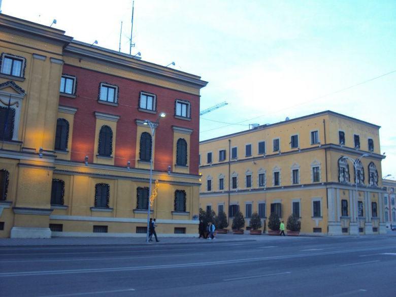 Edificios gubernamentales en el Bulevar Dëshmorët e Kombi de Tirana