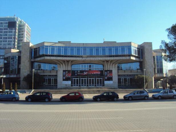 Palacio de los Congresos: Este edificio fue construido por el Partido Comunista Albanés como sede de sus congresos. Actualmente se usa para conciertos y exposiciones.
