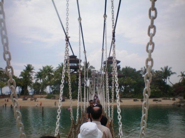 Puente entre Sentosa y la Isla de Pelawán en Singapur