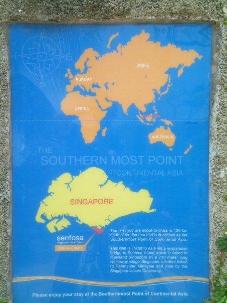 Señal que explica la ubicación del punto más austral del continente asiático