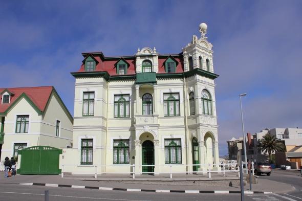 Edificio colonial alemán en el centro de Swakopmund. Vean el Atlas con el mundo en las manos en la parte superior.