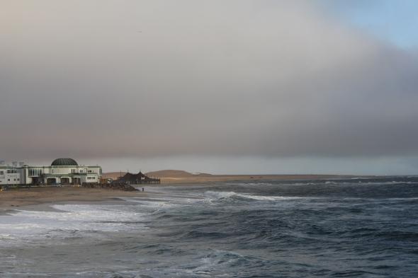 Océano Atlántico en Swakopmund con las dunas en la distancia