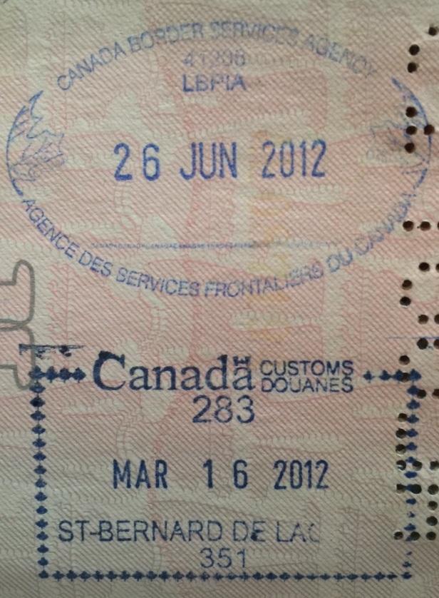 Sellos de migración en el Aeropuerto Internacional Pearson de Toronto (ovalado) y el paso fronterizo de St. Bernard de la Colle (cuadrado) / Cortesía: Rudy Cepeda