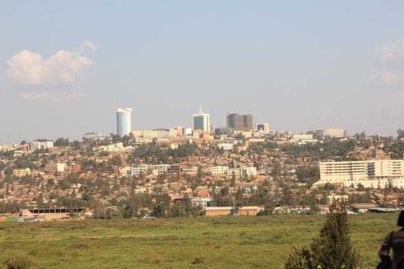 Los escasos edificios del centro de Kigali emergen tímidamente sobre una de las colinas entre la neblina característica de la mañana y se convierten en una especie de faro que, como a los navegantes, guía al visitante hacia su destino final