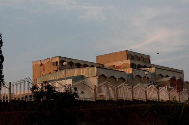 Parlamento Nacional de Rwanda aún con los huecos de las balas durante el genocidio
