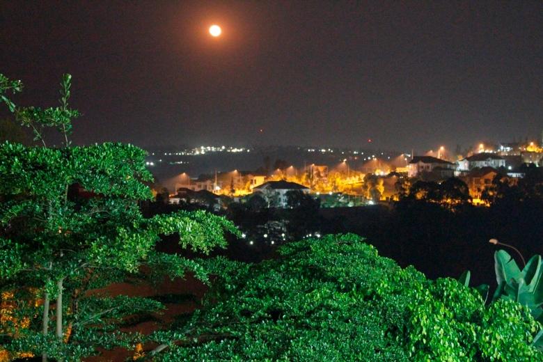 La luna llena sobre Kigali