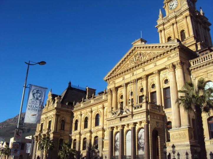 """Antigua alcaldía de Ciudad del Cabo donde Mandela pronunció su discurso de liberación. Hoy con una gran imagen de él y la frase: """"Cape Town honours Nelson Mandela"""""""