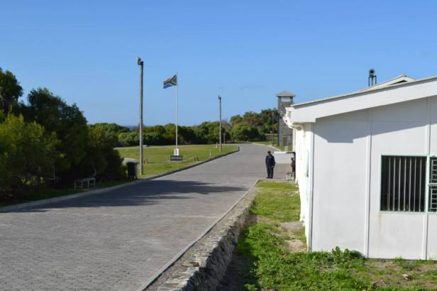 Bandera de Sudáfrica y torre de seguridad en Robben Island