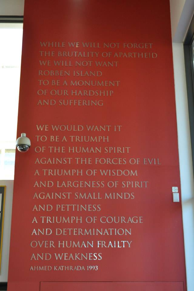 Texto alusivo al Apartheid en el interior de la Nelson Mandela Gateway to Robben Island en Ciudad del Cabo