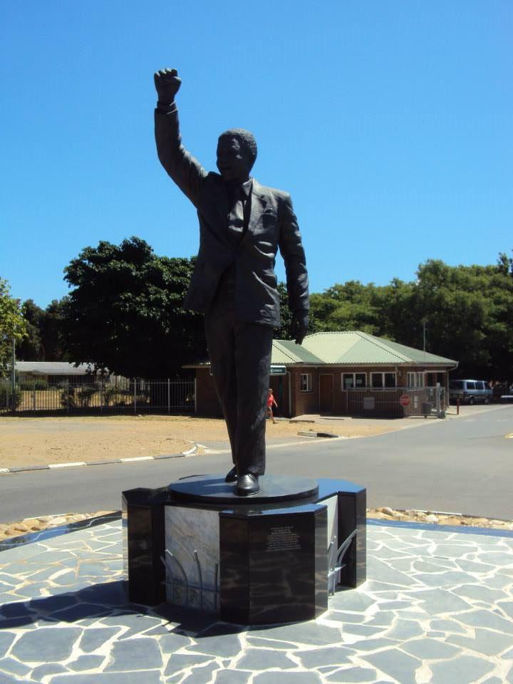 Estatua de Nelson Mandela en la Cárcel Víctor Vorster en el mismo lugar donde fue liberado por el régimen del Apartheid en 1990