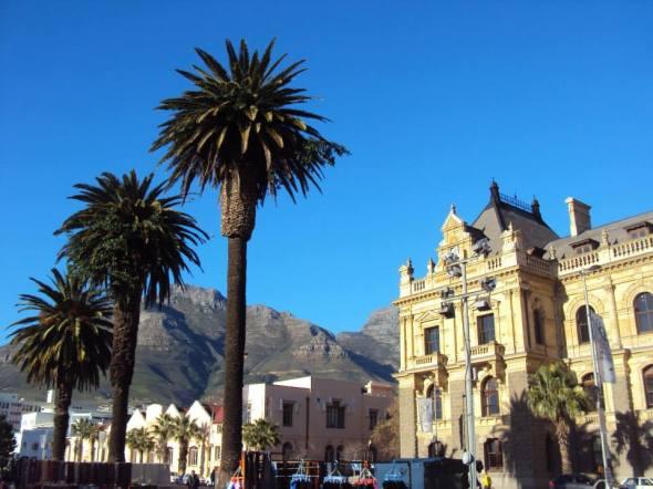 Panorámica de la antigua alcaldía de Ciudad del Cabo y la Montaña de la Mesa al fondo