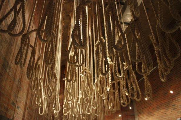 Sogas usadas para decapitar a los opositores al régimen durante el Apartheid - Museo del Apartheid en Johannesburgo, Sudáfrica
